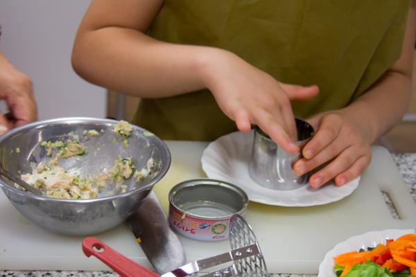 ツナサラダは、セルクルに材料を詰めトマトを飾ってから型を外すので、なんともオシャレな見た目です。マヨネーズにクロレラを混ぜて絞りだし袋に入れて、お絵かきも楽しんでいました!