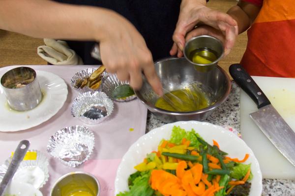 シーザーサラダは、本格的なドレッシングの作り方を教えてもらい、大人も満足な味わいに。
