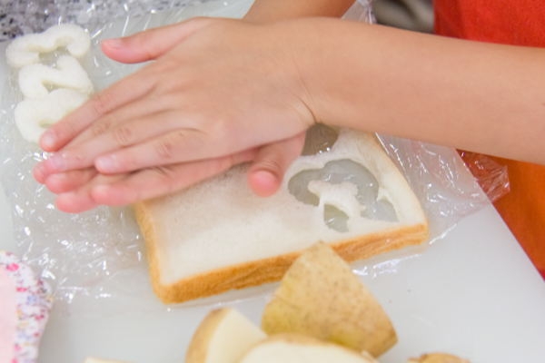 子どもたちは軽くトーストした食パンやパプリカを型抜きして飾りにし、本当に楽しそうでしたよ。