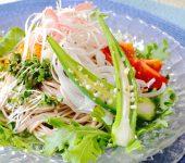 食欲のない夏に!栄養満点の冷やしサラダ蕎麦レシピ