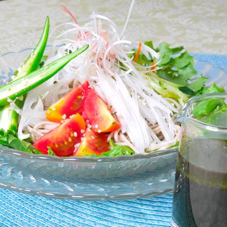 食欲のない夏に!栄養満点の冷やしサラダ蕎麦